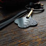和彫りの真鍮装身具「和ロク」